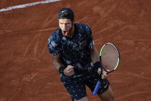 Karen Chačanov oslavuje triumf nad Juanom Martinom del Potrom v osemfinálovom zápase na Roland Garros 2019.