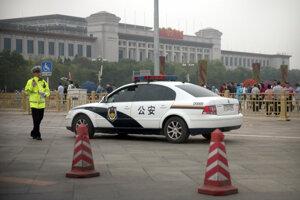 Polícia v uliciach Pekingu.