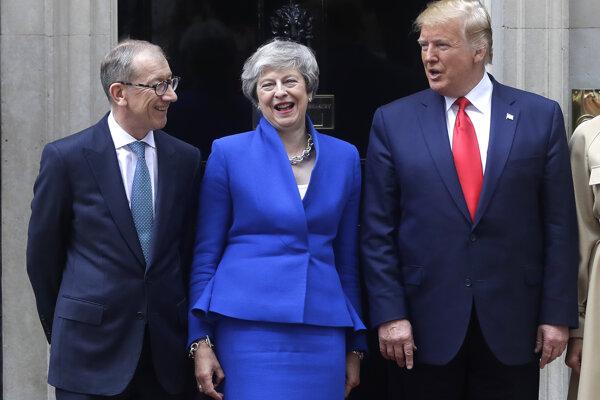 Trump sa počas druhého dňa svojej návštevy Británie stretol s britskou premiérkou Theresou Mayovou.