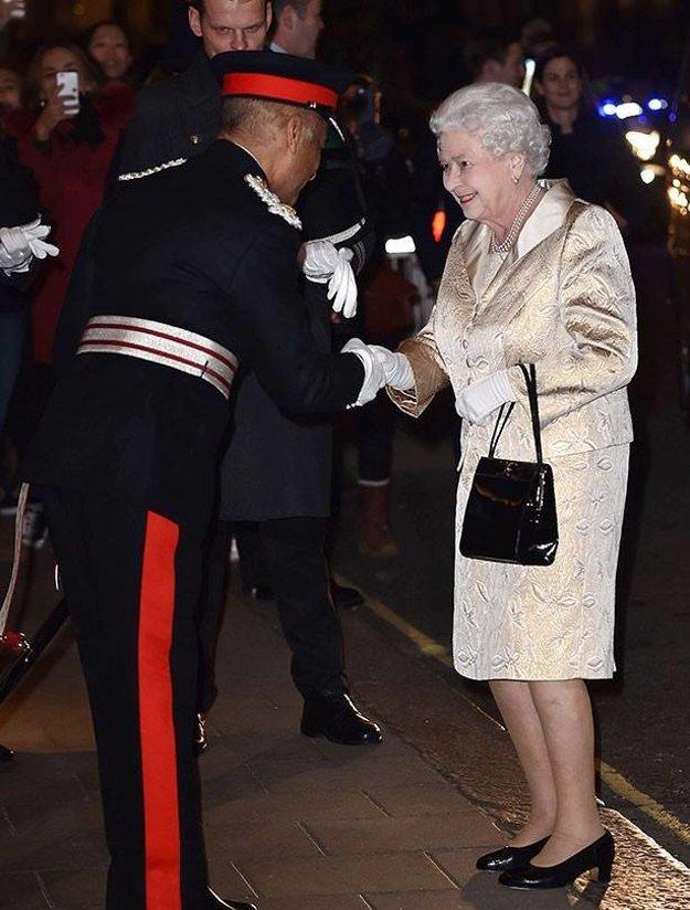 Privítanie kráľovnej v hoteli.