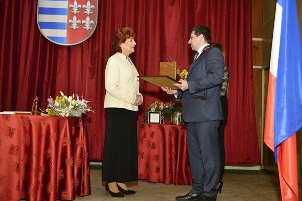 Anna Longauerová pri preberaní významného ocenenia.