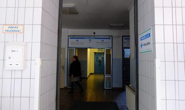 V monobloku nemocnice.