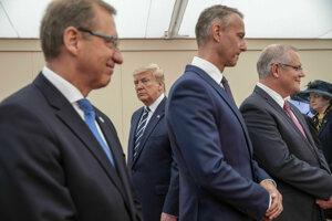 Druhý sprava podpredseda slovenskej vlády Richard Raši, druhý zľava v pozadí americký prezident Donald Trump počas stretnutia zástupcov jednotlivých krajín v rámci osláv 75. výročia vylodenia v Normandii.