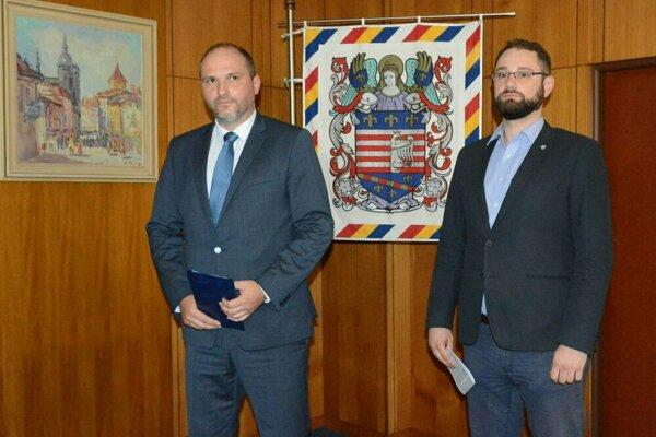 Primátor Jaroslav Polaček (vľavo) a viceprimátor Marcel Gibóda.