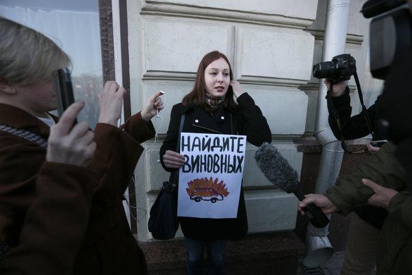 Aktivistka upozorňuje na útok na novinárov.