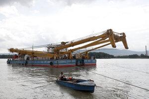 Žeriav Clark Ádám dopravujú na miesto minulotýždňovej tragickej zrážky lodí na Dunaji v Budapešti.