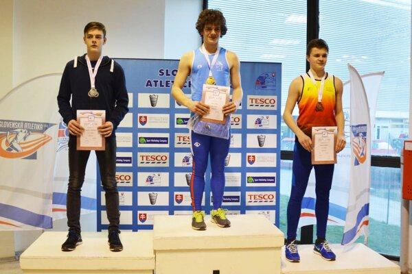 Maroš Ralík (v strede) so zlatou medailou za sedemboj starších žiakov.