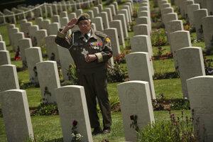 Veterán salutuje na cintoríne v Bayeux.