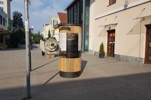 Drevené informačné stĺpy v Starej Ľubovni nahradili betónové.