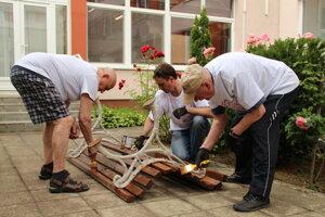 Stredisko sociálnej pomoci v Košiciach zveľaďovalo 29 dobrovoľníkov, ktorým pomáhali aj zamestnanci a klienti zariadenia.
