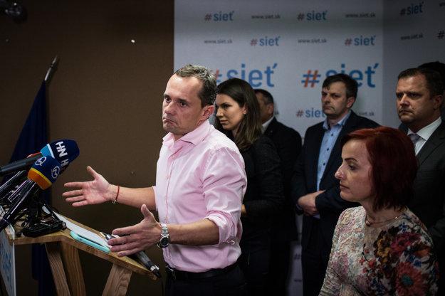 Radoslav Procházka počas tlačovej konferencie v priestoroch strany Sieť.