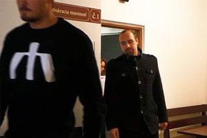 Andrej Medvecký vychádza zo súdu.