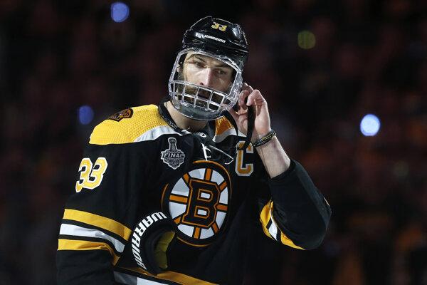 Kapitán Bostonu Zdeno Chára si upravuje helmu s celotvárových krytom pred piatym zápasom finále play off NHL Boston Bruins - St. Louis Blues v Bostone 6. júna 2019.