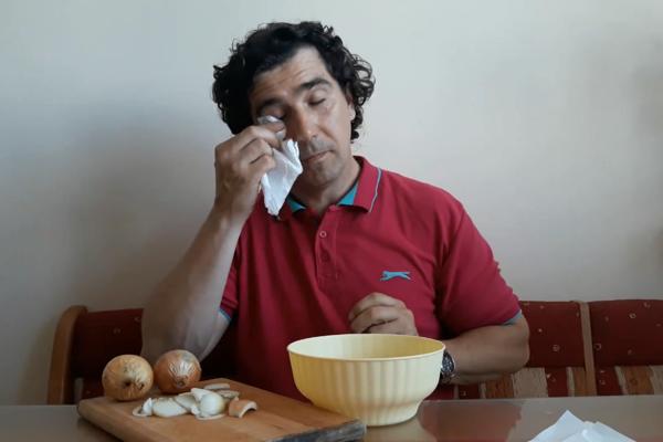 Milan Potocký pri krájaní cibule.