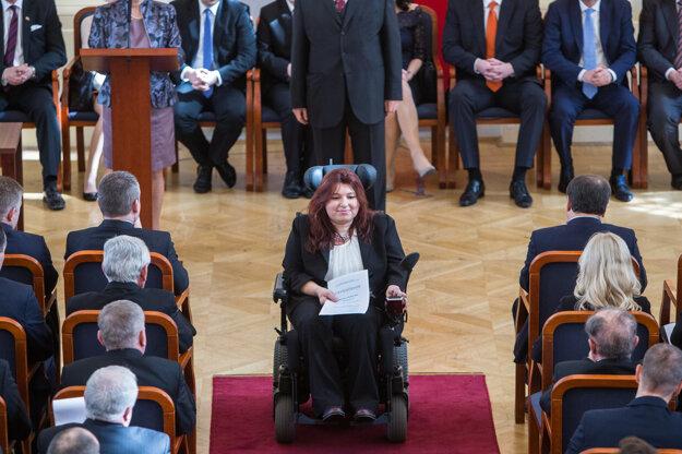 Najväčší potlesk si vyslúžila poslankyňa za OĽaNO Silvia Petruchová, ktorá si osvedčenie prevzala na invalidnom vozíku.