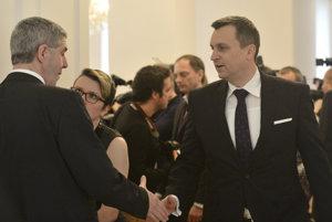 Béla Bugár sa zdraví s Andrejom Dankom.