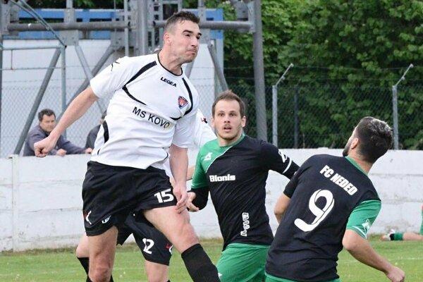 Futbalisti Nededu nemali problém v Hrušovanoch. Z hetriku sa tešil Denis Galbavý (v strede).