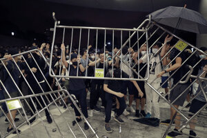 Počas demonštrácie v Hongkongu došlo aj k zraneniam a zatknutiam.