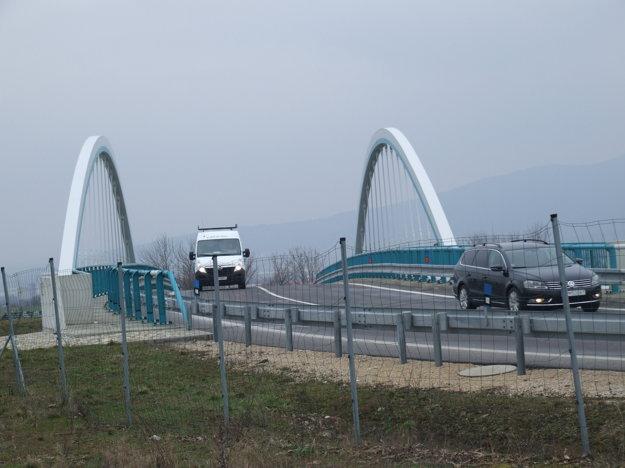 Starú odbočku oddeľuje od nového  mosta plot.