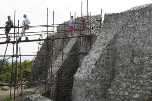 Turisti na Šarišskom hrade sa nesmú báť výšok ani vratkých mostíkov.