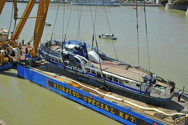 Žeriav kladie vrak výletnej lode Hableány na pontón.