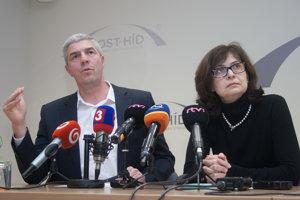 Predseda strany Most-Híd Béla Bugár a podpredsedníčka strany Lucia Žitňanská po rokovaní predsedníctva strany.