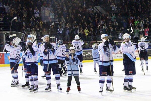 Hokejisti Nitry v sobotu večer oslavovali so svojimi fanúšikmi vedenie 2:0 v sérii.