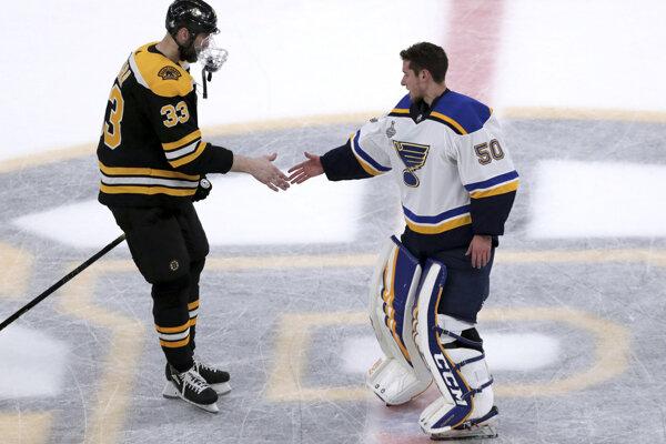 Kapitán Bostonu Bruins Zdeno Chára gratuluje brankárovi St. Louis Jordanovi Binningtonovi.