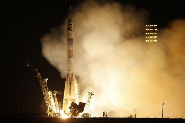 Raketa Sojuz-FG štartuje z kozmodrómu Bajkonur v Kazachstane s americkým astronautom Scottom Kellym a ruskými kozmonautmi Gennadijom Padalkom a Michailom Kornijenkom, ktorí ako vôbec prví strávia na Medzinárodnej vesmírnej stanici jeden rok.