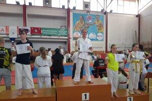 Stella Bytčánek (v strede) ako čerstvá majsterka Slovenska v štýle Goju Ryu karate.