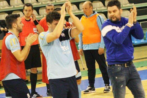 Futsalový klub MFsK Nitra sa pripravuje na prvý zápas play-off a tiež kvalifikačné stretnutie slovenskej reprezentácie. Na snímke vpravo tréner Anton Suchan.