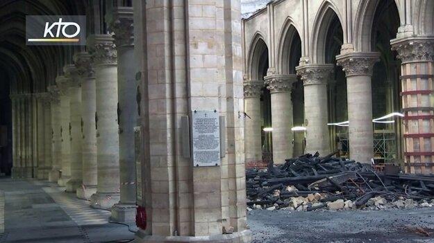 Pohľad na zničenú katedrálu Notre-Dame.