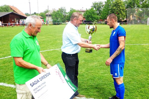 Peter Bachratý z ObFZ Nitra odovzdal víťazný pohár Jozefovi Chovancovi, kapitánovi tímu ViOn C/Volkovce.