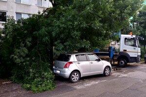 Na Lesníckej ulici v Košiciach strom ohrozoval vozidlo.
