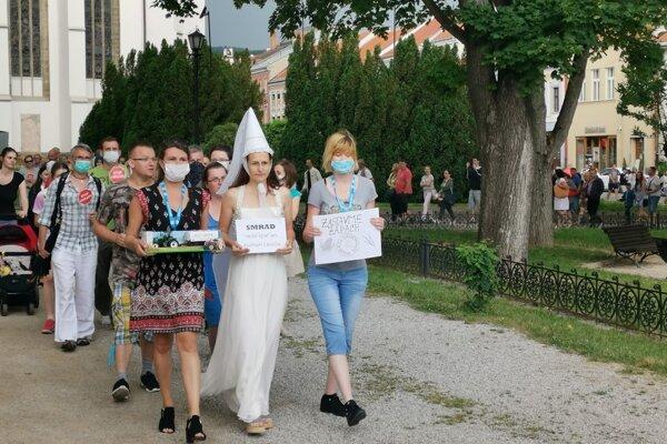 Levočania v uliciach. Protestovala aj biela pani.