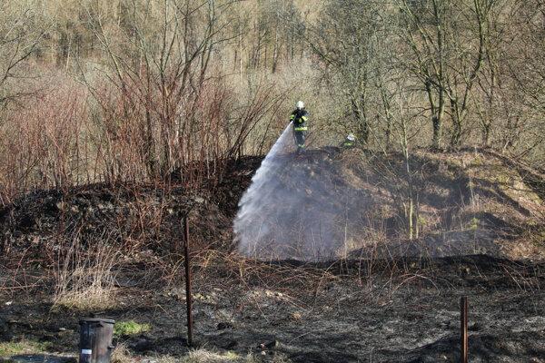 Vypaľovanie trávy sa mohlo skončiť zle. Stačilo, že zafúkal silnejší vietor.