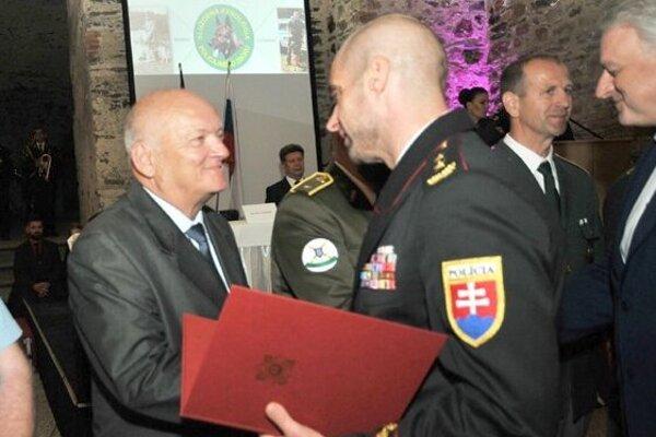 Ocenený Pavol Ivan vľavo.