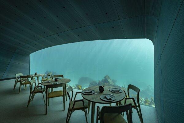 Pohľad na čiastočne ponorenú reštauráciu s názvom Under v nórskom Lindesnes.