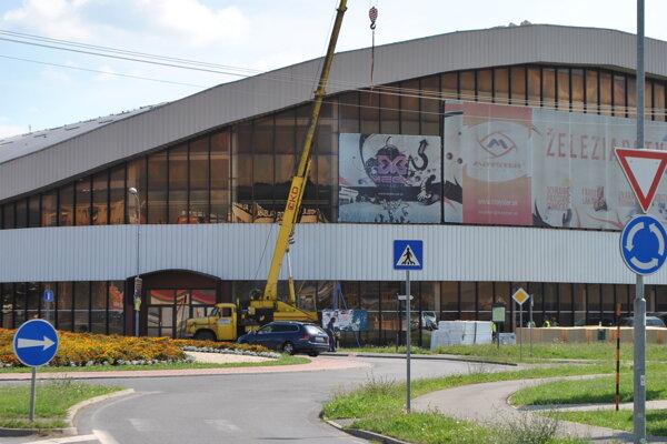 Oprava strechy zimného štadióna v lete roku 2016.
