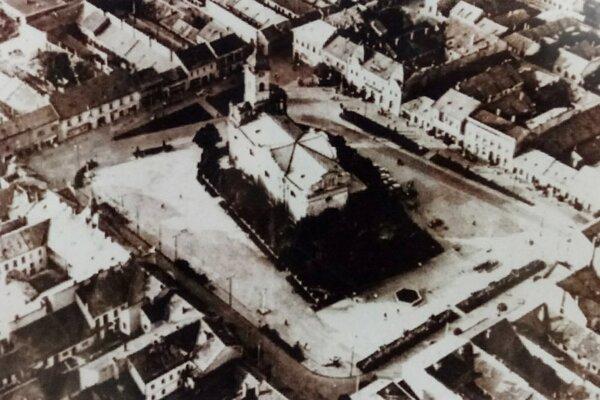 Na fotke môžete vidieť, že pešia zóna kedysi neexistovala. Vokolí námestia boli úzke uličky avprízemí domov fungovali drobné obchodíky.