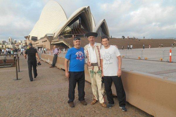 Oravčania zľava Marián Vasek, Gustáv Socháň a Tomáš Chudý pred svetoznámou Operou v Sydney.