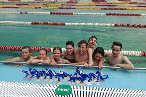 Mladí plavci Plaveckého klubu Nové Zámky so svojimi medailami po majstrovstvách Slovenska vŠtúrove.