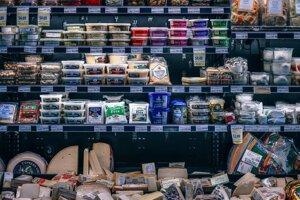 Vyberajte si plnotučné potraviny. Potraviny s nízkym obsahom tuku môžu obsahovať viac cukru a kalórií ako ich plnotučné verzie, pretože výrobcovia sa snažia simulovať plnú chuť pridaným cukrom. Pozorne teda študujte etikety a porovnávajte množstvo pridaného cukru.