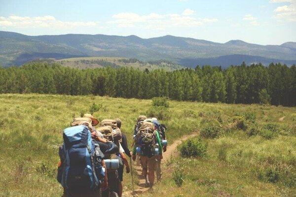 Ak chcete zvýšiť intenzitu prechádzok, dajte si do rúk činky, palice, alebo si na chrbát dajte plný batoh.