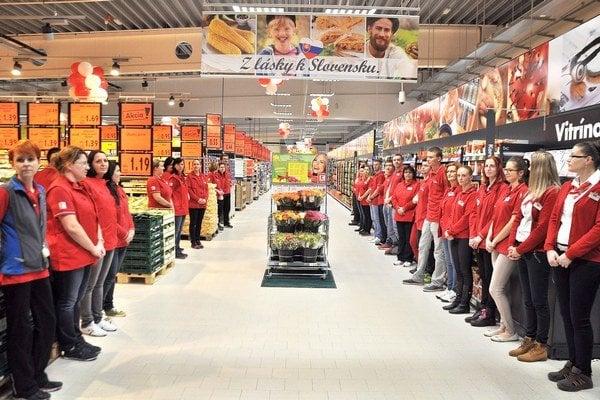 Nový hypermarket zamestnáva sedemdesiat ľudí na plný úväzok.