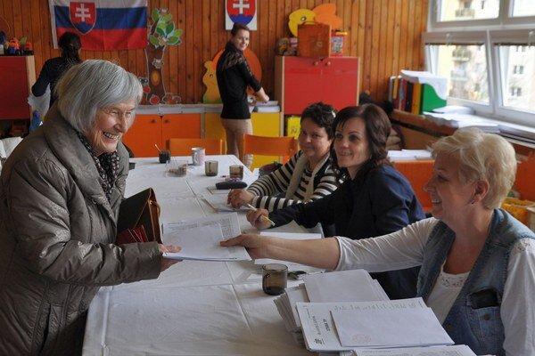 Jiřina Butorová si od komisie preberá hlasovacie lístky.