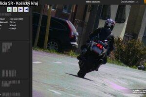 Motorkára nameral policajný radar.