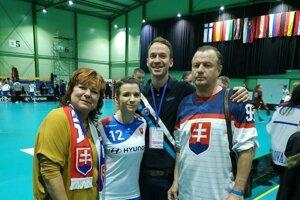 Katarína a Peter Klapitovci s rodičmi, ktorí ich vo florbale od začiatku podporovali.