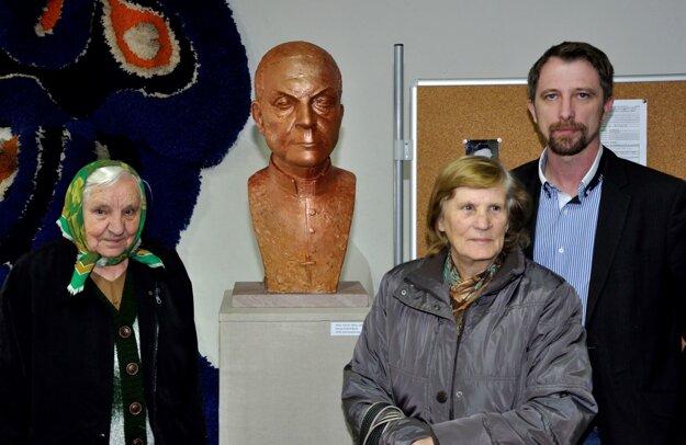 Rodáčky biskupa z obce Nevoľné spoločne so starostom pri jeho buste. Je dielom akademického sochára Milana Ormandíka.