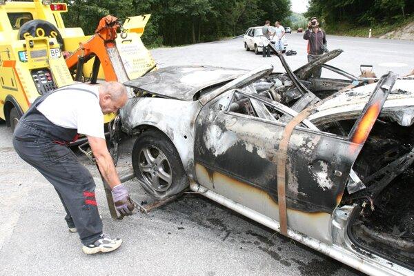 Zhorené auto, v ktorom sa našli dve telá.